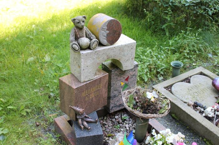 Friedhof Bochum Werne Kindergrab Bauklötze aus Stein