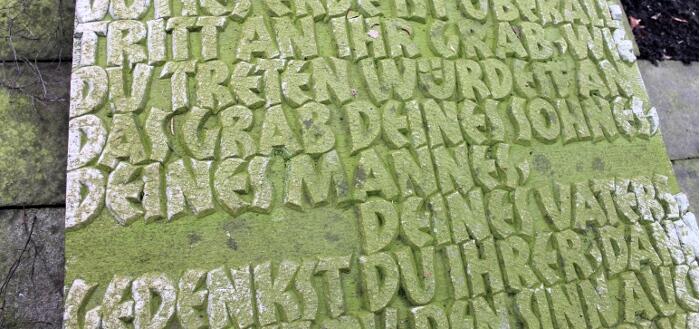 Ehrengrab Zangsarbeiter Bochum, Gedenkstein mit Inschrift.