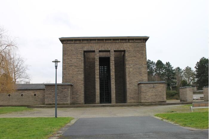 Frontansicht große Trauerhalle Hauptfriedhof Bochum