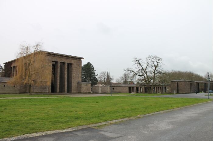 Zentraler Platz Hauptfriedhof Bochum mit Blick auf die große Trauerhalle