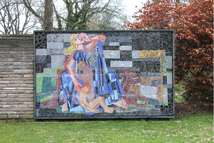 Niobe Mosaik von Ignatius Geitel auf dem Hauptfriedhof Bochum Kriegsmahnmal